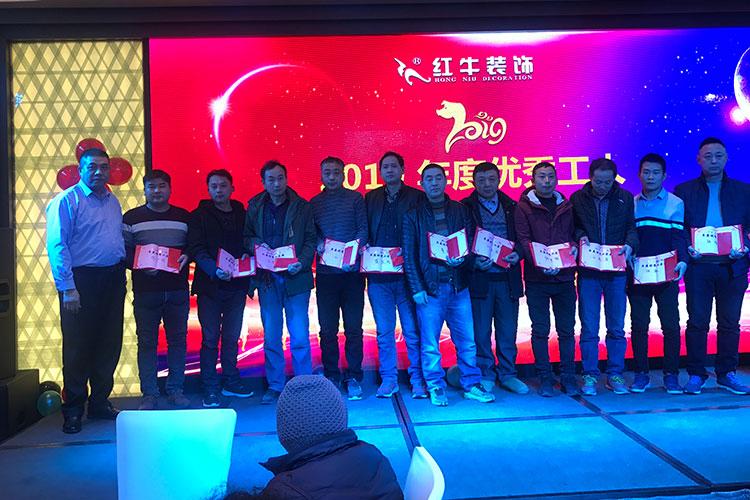 南京竞技宝app官方装饰有这样一位工人,据说他在工地上从来没说过一句话,那么在这个现场他会跟大家说些什么呢?